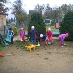 Úklid na školní zahradě