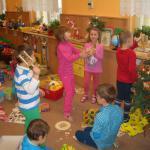 Děti zkouší nové rytmické nástroje